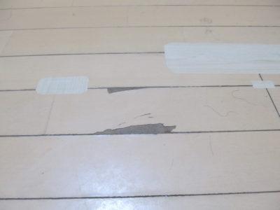 実際にフローリングの床に高森コーキ フローリング用テープを貼ってみた画像